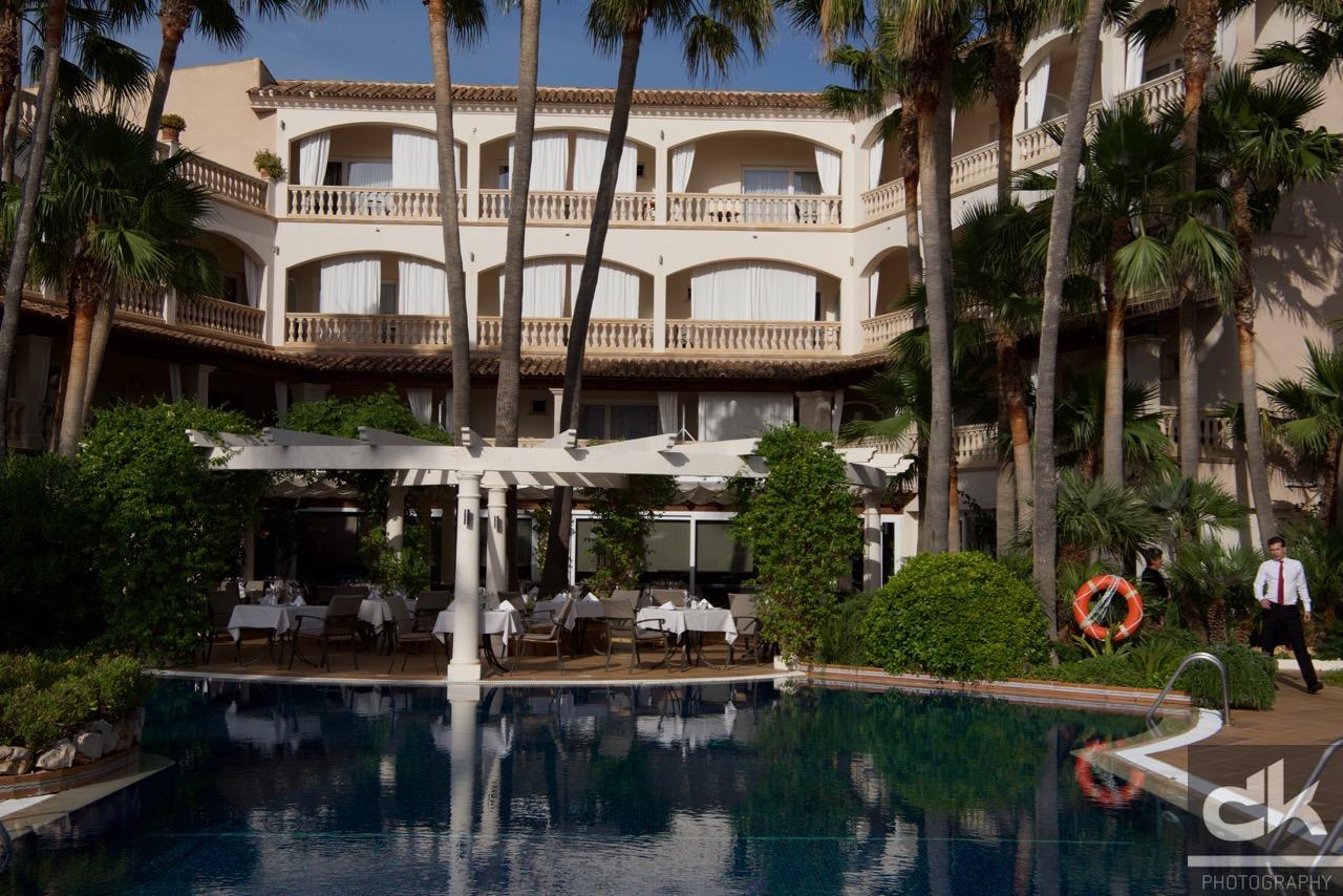 Der wunderschöne Innenhof des Hotels von der Poolbar aus gesehen