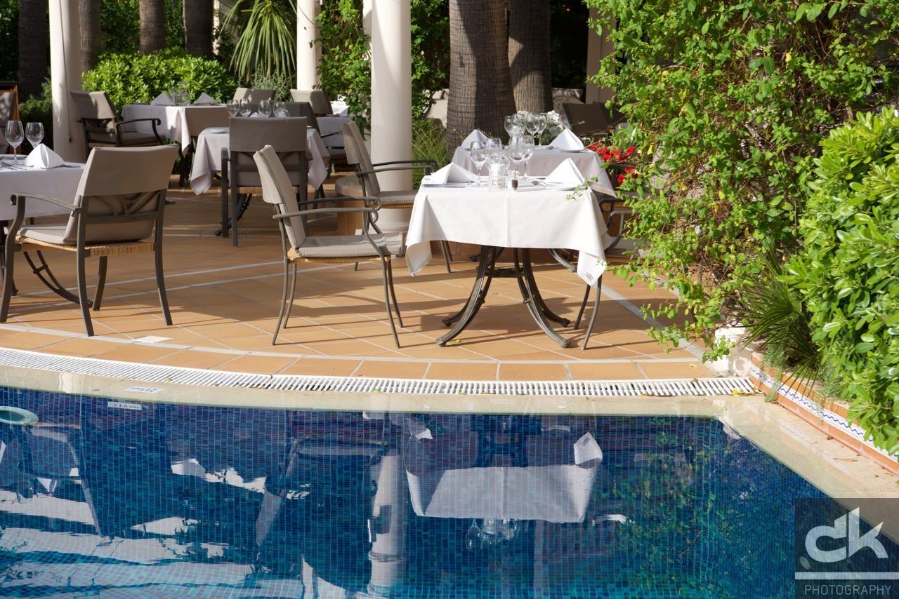 Tisch am Pool - bereit zum Dinner