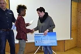 """die Schüler der 4. Klassen übergaben einen Scheck von € 327 an den Verein """"Hand in Hand"""" - die Bewirtung am Elternsprechtag machte es möglich - DANKE"""