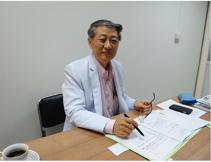 東洋医学のもと、治療するワン先生