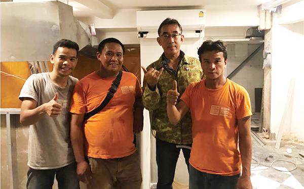 成岡代表(右から2番目)とスタッフ
