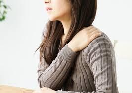 肩に痛みのある女性
