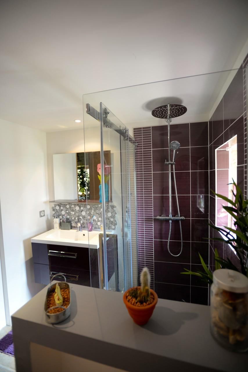 Salle de bain et sa douche italienne et ses.... peignoirs !