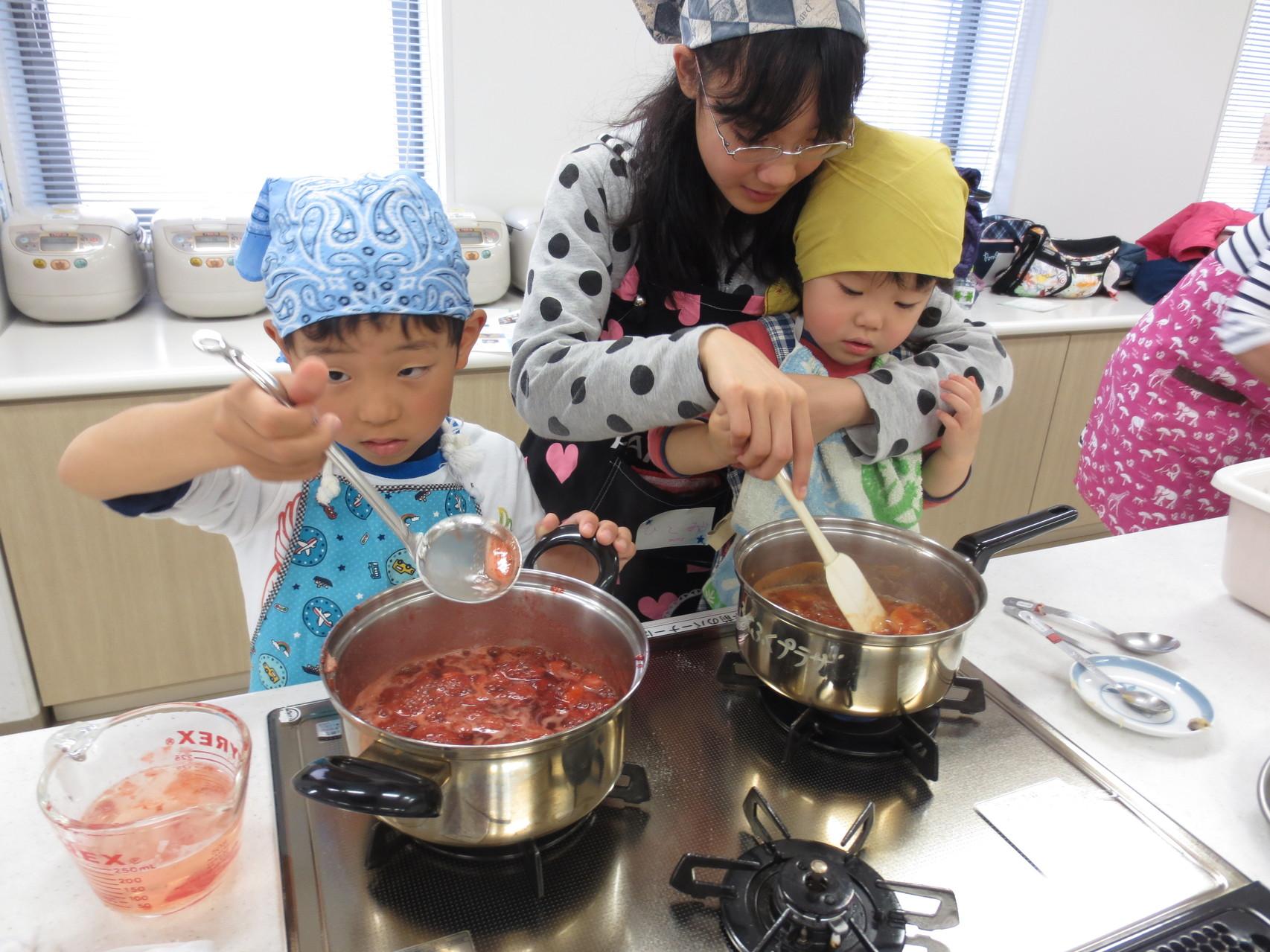 コトコト果物を煮てジャム作り