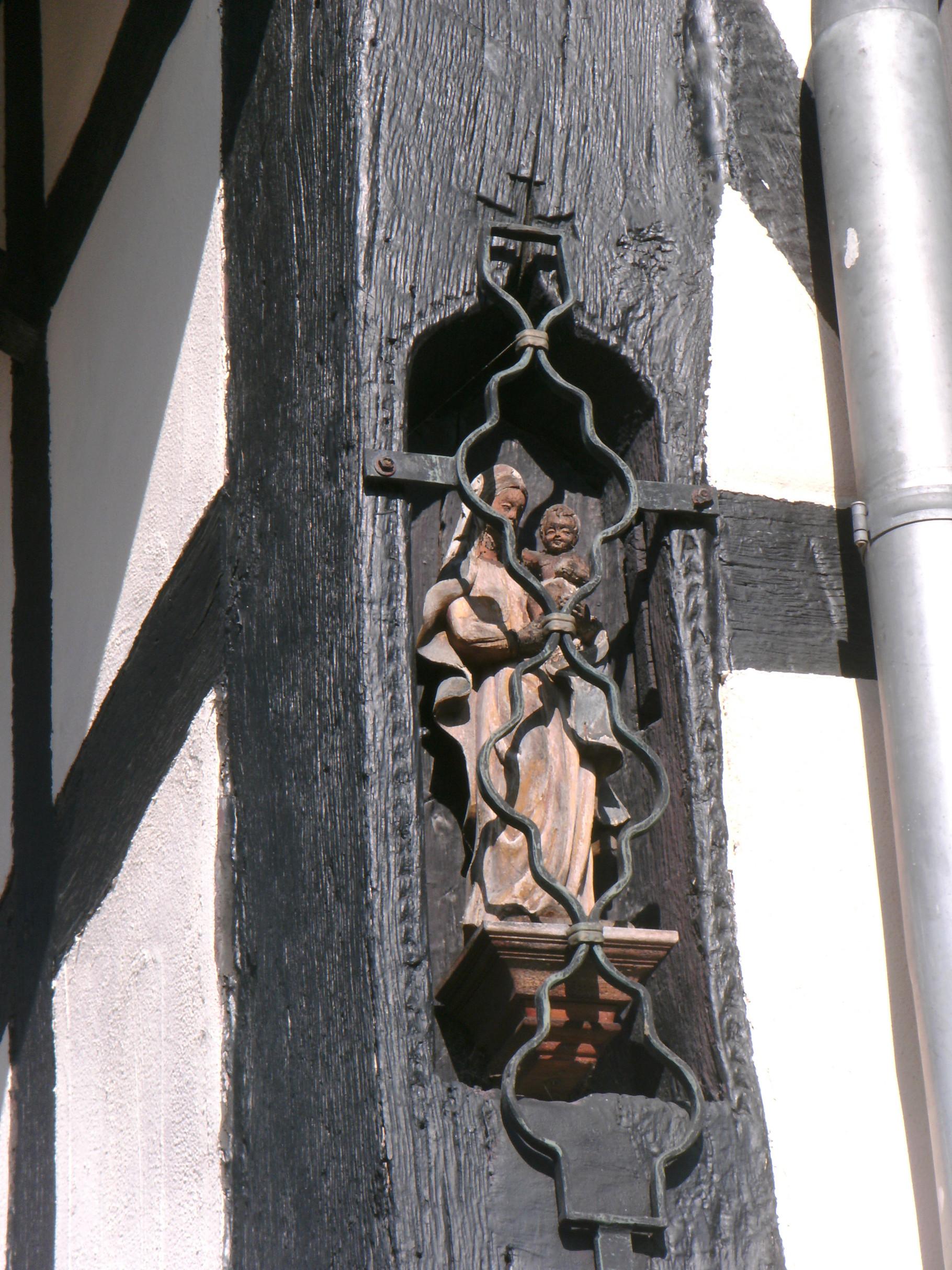 Madonna an einem Fachwerkhaus in der Durmersheimer Str..