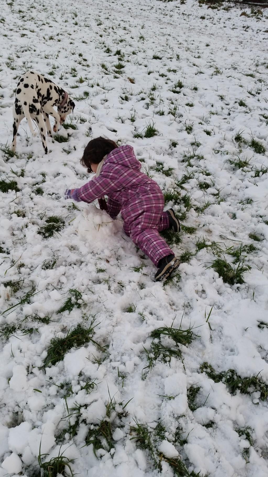 Tijana beim schneemann bauen helfen