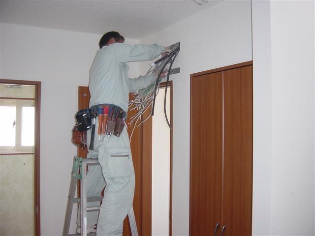 電気屋さん分電板取り付け工事中です!