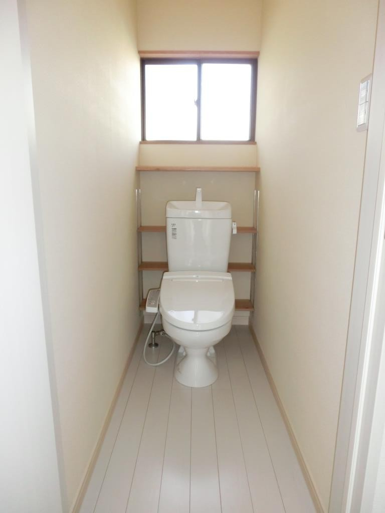 押入れだった場所は窓を付けて、トイレになりました。