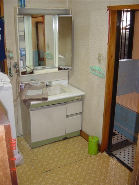 リフォーム前脱衣場、洗面化粧台は新しくして、床、壁クロスを張り替えます。