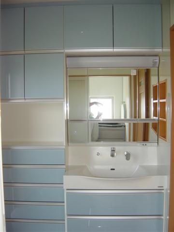 洗面化粧台は収納タップリです。