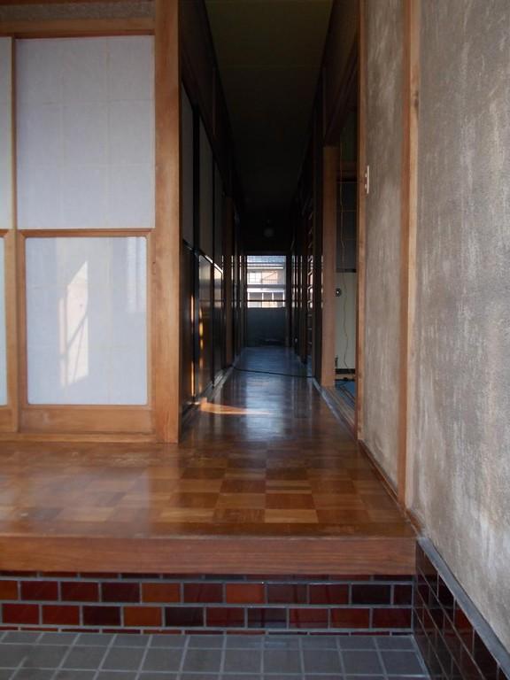 リフォーム前の廊下床です。床板を支える木はしっかりしているので、この床板の上に新しい床板を貼ります。そうする事で解体費用と産業廃棄物を出さずに済むので、工事費が最小限で済みますよ。