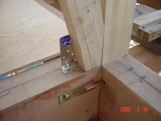 地震対策、スジカイが地震の時に外れない様金物で固定します。