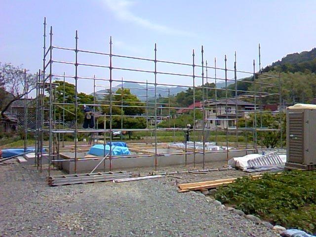 建て方作業に備えて、足場を組みます。