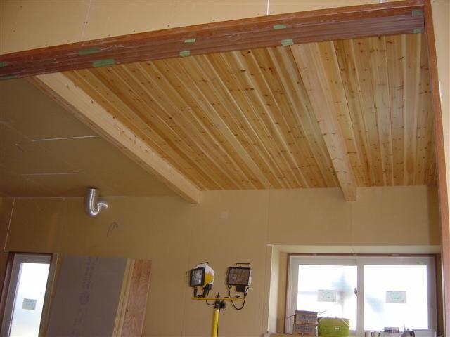 ダイニング天井貼り作業終了!どうですか、良い感じじゃないですか?年月が経つにつれ、風合いが増す天井です。