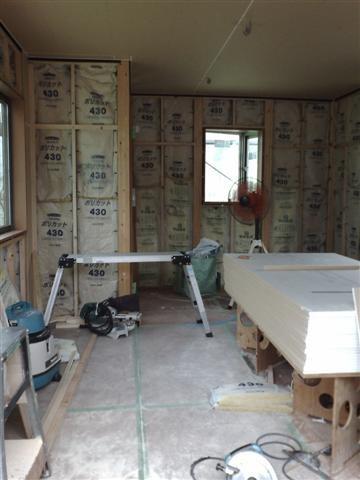 天井ボードも床板も貼り終え、あとは壁のボード貼り作業です。