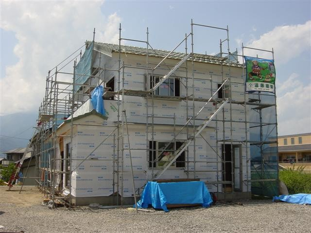 屋根も葺き終わり、筋交い、構造用合板も張り終えてアルミサッシもはいりました、外は通気胴緑を打ってサイディングを張るだけです。