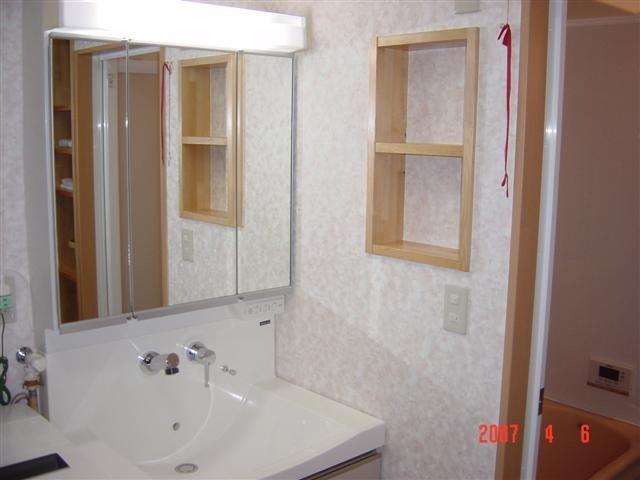 新しい洗面化粧台セット完了、右の壁に作りつけの棚もつけました。