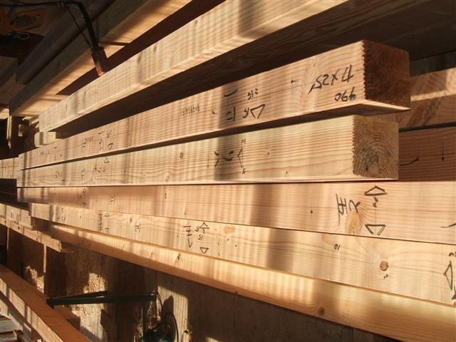 墨付けが終わった木材です。何が書いてあるか分かりますか?