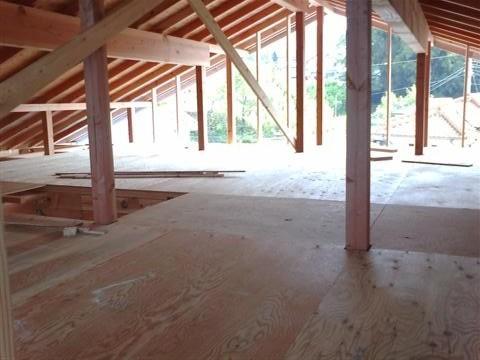 わかりづらいかもしれませんが、屋根裏です。スペースを有効活用、物置を作ります。