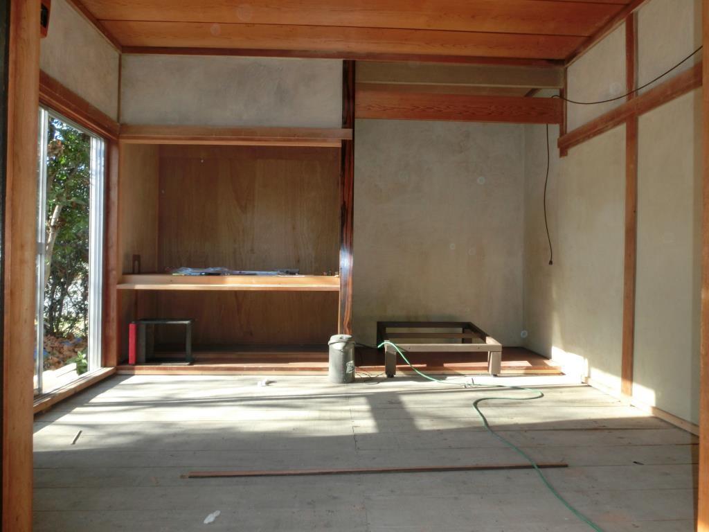 1.和室、繊維壁表面を剥がして、畳を撤去ました。