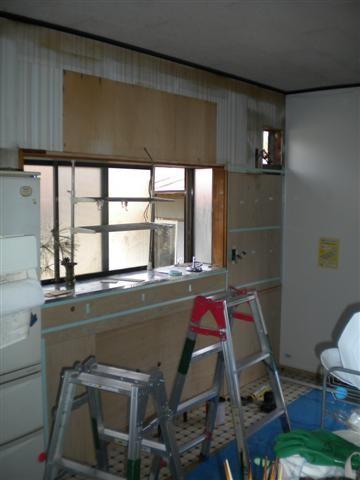 壁もステンレスから、キッチンパネルに張替えます。