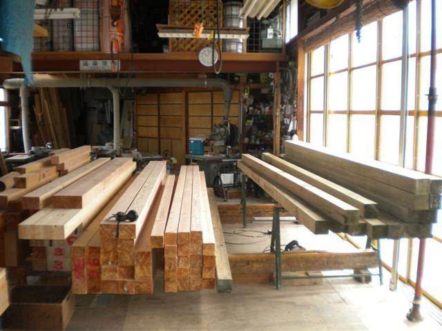 志村邸の構造材が作業場に入って来ました。右が土台、左が梁・桁材です!