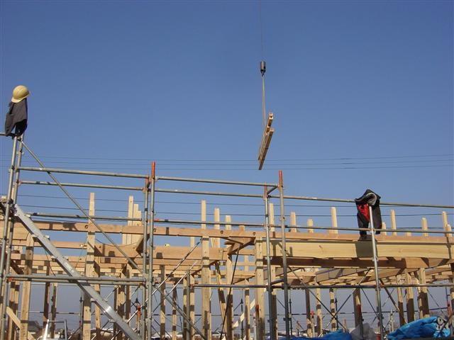 組みあげた柱と梁・桁の上に屋根の骨組みを組み立てる作業です。