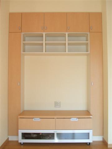 テレビを置くスペースです、お客様の要望で本など多く置けるように棚を多くしました。