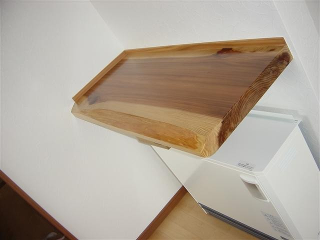 蓄熱暖房、上に出来たスペースにも杉の無垢板を。