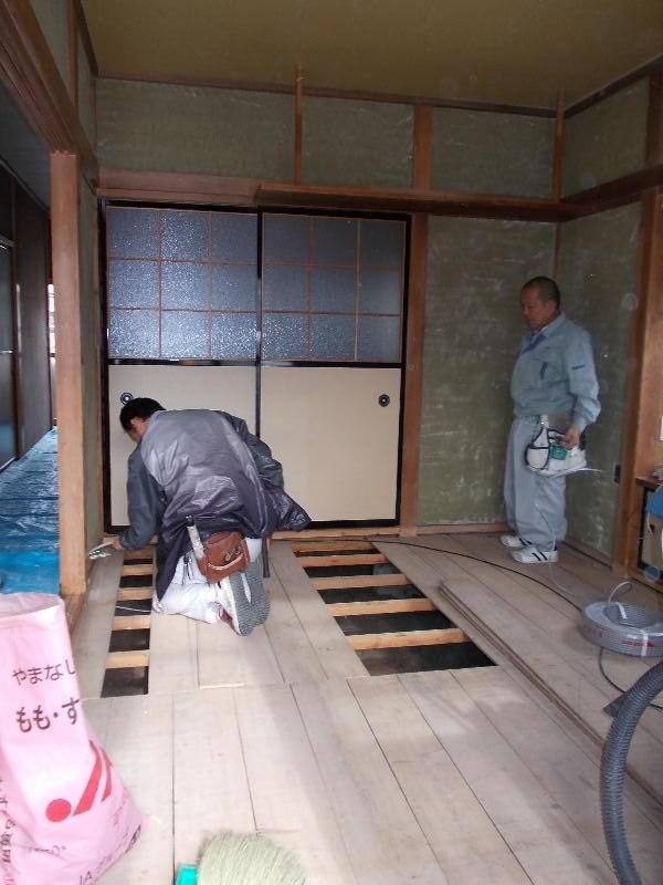 新たに天井下地を作り終えて、和室の壁の表面を削り落としました。コンセントを増やす為に電気屋さんが作業中です!
