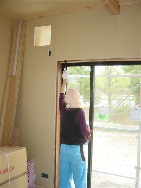 お客様が窓枠を自分で塗ります!ゆっくり丁寧に・・・
