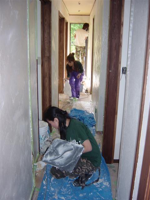 家族みんなで漆喰塗り作業中。