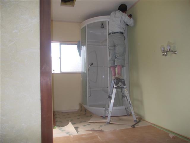 シャワールームを取付です。