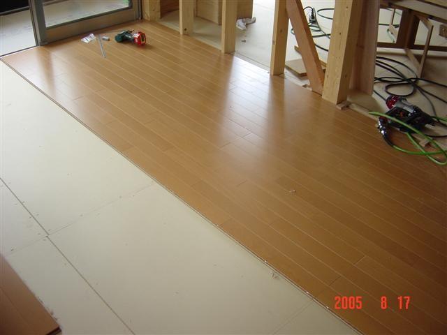 床材貼り作業中です。