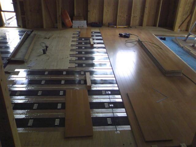 ダイニングには床暖房を入れました、施工作業写真です。