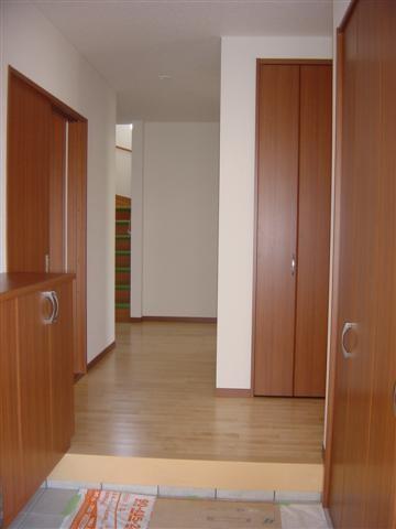 玄関と廊下は広くゆとりを感じます。