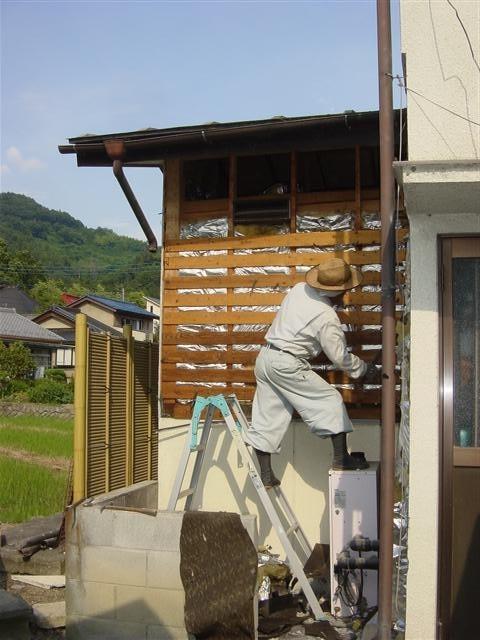先ずは脱衣場を増築するので、外壁を解体します。