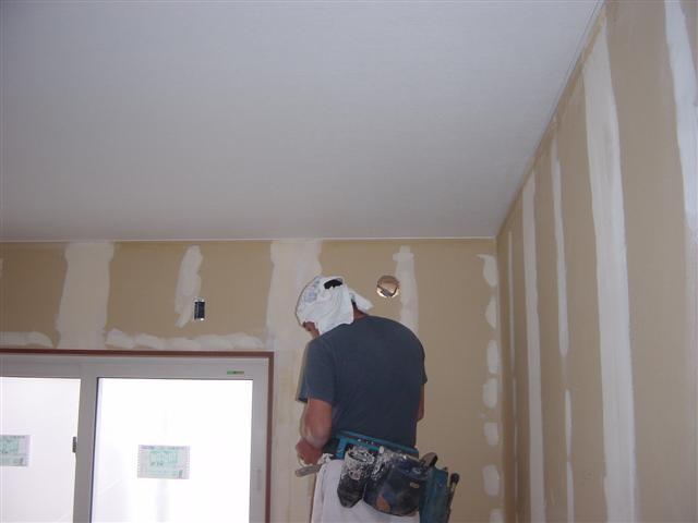 内装屋さんが壁紙を貼り始めました!2階子供部屋天井から始めますよ~