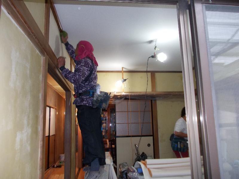 和室ビニールクロス貼り作業中!天井は張り終えた様です。見違える様にキレイになりました!壁も仕上りが楽しみです!