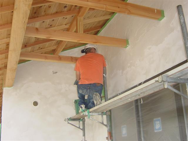 手作りの家を目指して・・・プロの左官職人が仕上げた外壁の上にお客様が漆喰塗り作業中!お客様がんばれ~