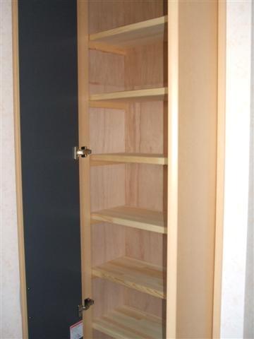 物入れには棚を多く付けました、色々な物が置けます。