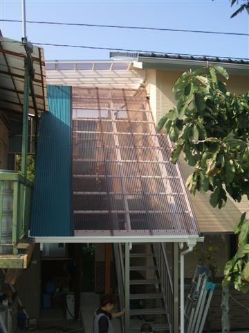 アルミ階段屋根完成。青い部分は旧事務所屋根から雪は落ちて屋根を壊してしまう恐れがあるので波板を使用しました。