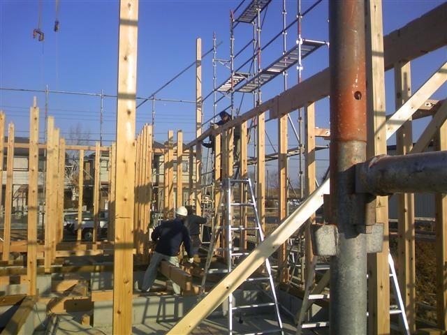 本日大安吉日!建て方作業中です。作業場で加工した木材を一本いっぽん組み建てて行きます。