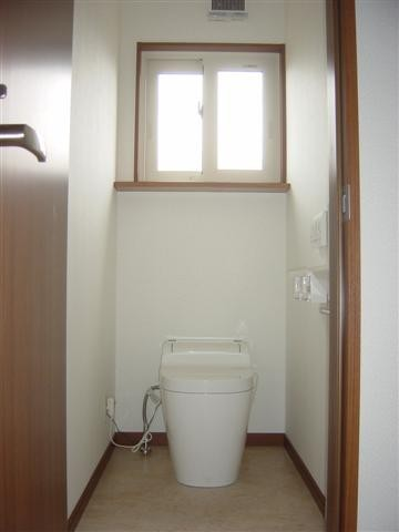 1階トイレは自動洗浄トイレ「アラウーノ」、手洗い器は壁に埋め込みました。