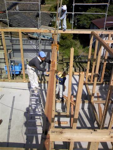 建て方作業中、慎重に組み立てて行きます。