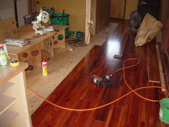 床張り作業中です。カリンの床板です。