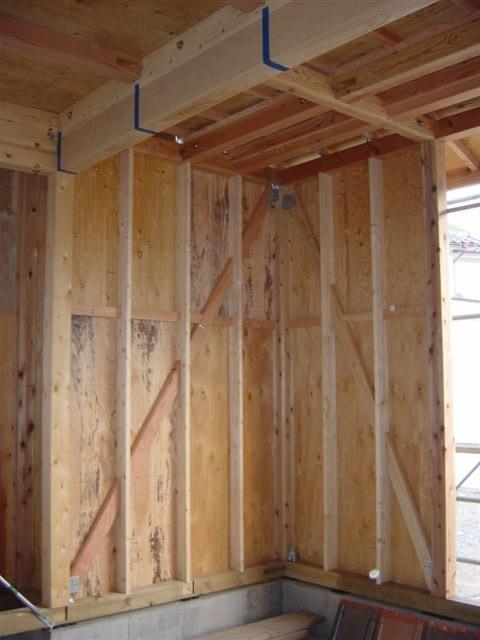 地震対策の耐力壁です、構造用合板+筋交い+耐震金物で多少の地震ではビクともしません。