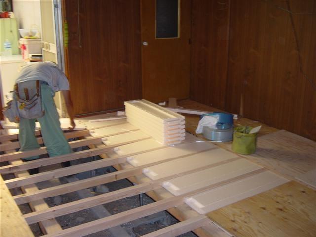 根太を入れ替えて、床下断熱材を入れています。