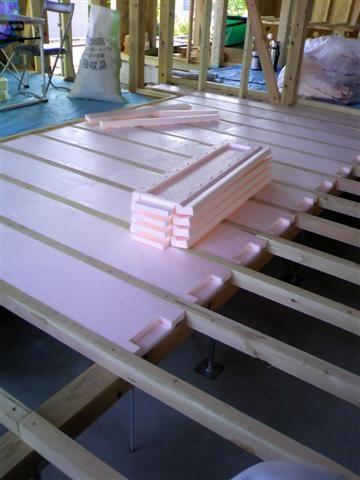 一階床、根太の間に断熱材を入れていきます。