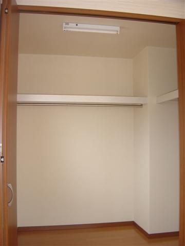 .2階寝室ウォークインクローゼットです。洋服をかけるハンガーパイプとその下には手持ちのロータンスを置くようです。